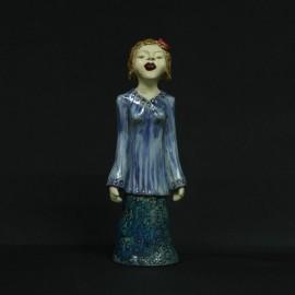 Menina saia e blusa azul